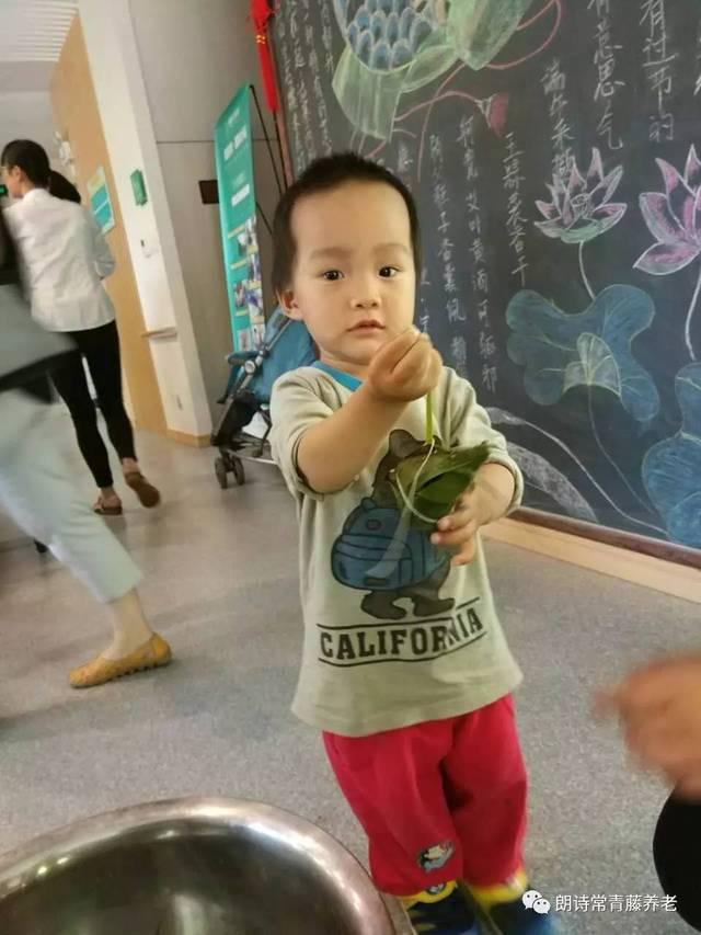 端午节的步骤之一是包方法,吃粽子习俗猫咪串珠粽子图片