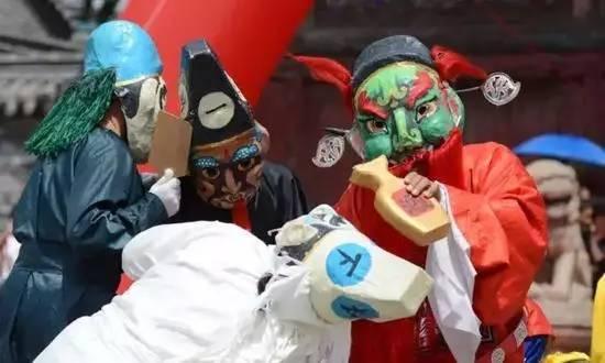 5个小鬼他们头戴2尺多高的圆锥形纸帽,身穿红,白,黄,蓝,绿五色长衫,手