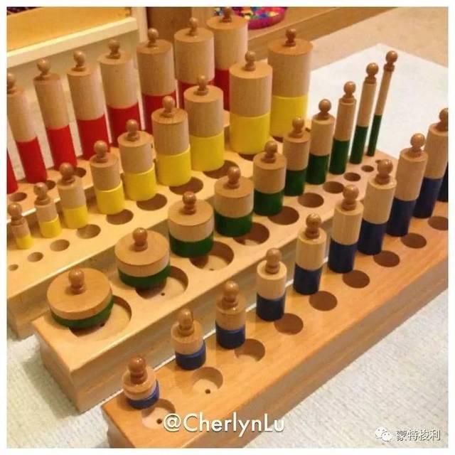 彩色圆柱体与插座圆柱体的组合