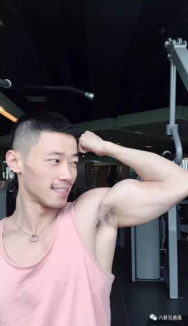 腹肌自拍_型男彪学长爱自拍,胸肌发达腹肌漂亮,肌肉小视频红透网络