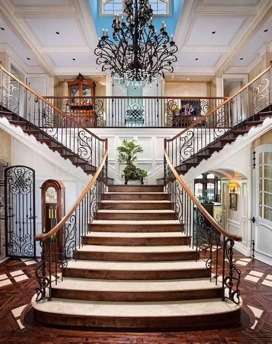 对称式楼梯,气势磅礴,很有大家风范!图片