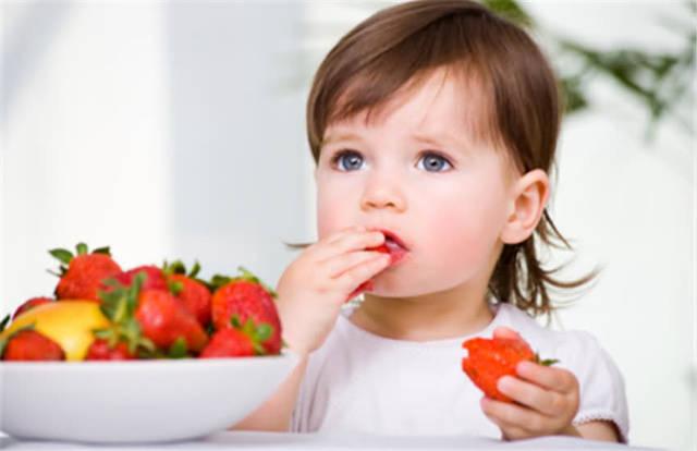 一歲寶寶吃了一顆草莓