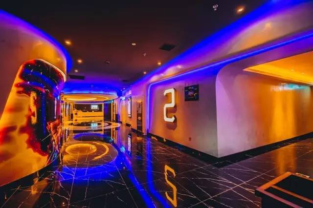 从这里进去就是观影厅,罍街时代国际影城共有5000平,楼上楼下一共有6