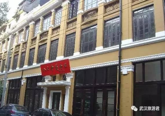"""1980年,邓小平为纪念馆题写了""""八七会议会址""""的门匾."""