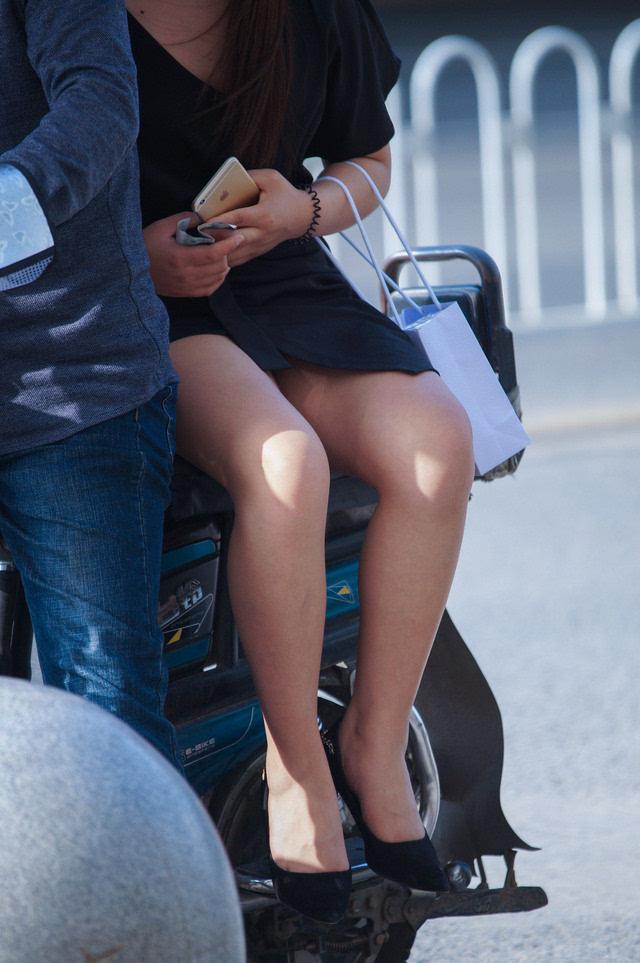 短裙美女坐摩的全过程