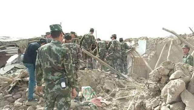 武警新疆总队迅即启动应急预案,就近组织部队官兵迅速投入地震救援.