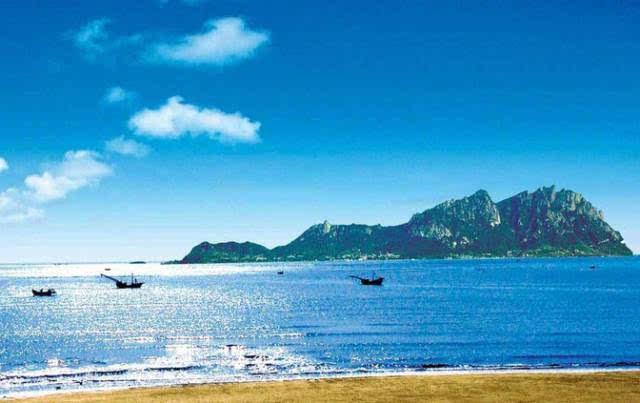 灵山岛之容 岛上峰峦起伏,植被茂密 如锦似画,渔家风情别致 村落或