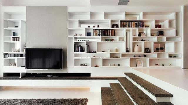 客厅与餐厅间的博古架隔断很简单,采用木色的材质,造型就是田字形的