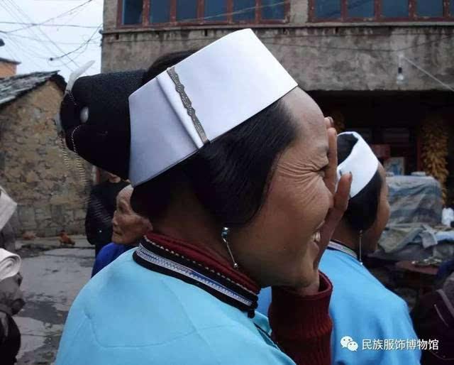 戴白色额帕的屯堡妇女 屯堡已婚妇女头饰按照配戴顺序分七个部分组成: 头绳 长一丈二尺(旧制,当今屯堡人还在使用,一丈等于十尺,一尺等于十寸),粗一分,丝或棉,青色。 发网 发网为里外双层结构,内外同形,外大内小。外层发网由青色马尾编织而成,底部整周穿有麻线,麻线长度略余;内层部分材质厚实,亦青色,衬在发网底层起到支撑与遮盖的作用。发网是梳理整个发式中十分关键的部件,它起到同时固定发髻、缓鬓与额帕的作用。由于发型梳好后并非每天拆开,大概三五天重新挽一次,所以双层发网组合起来使用,其质地硬挺能够很好的保持发式