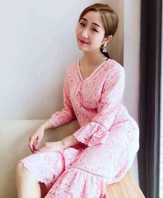 粉嫩嫩的小少女非你莫属,蕾丝+v领怎么穿怎么淑女,收腰设计尽显玲珑