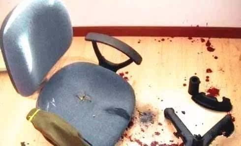 在调节气压椅升降时,突然发生爆炸,顶杆从臀部顶进小刚体内,伤及多条图片