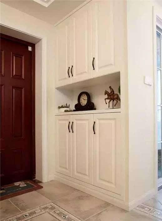 进门玄关鞋柜,到顶的柜子,中空置物设计,白色的储物门很适合简美风.