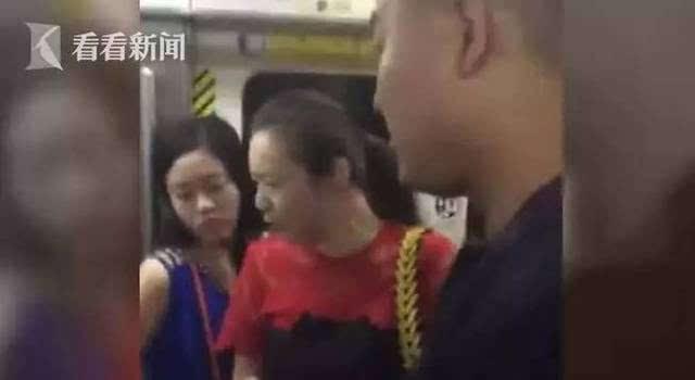 女子地铁上抽猥琐男_猥琐男地铁伸咸猪手 被抓后叫嚣\