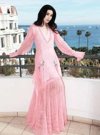 定制lv特别身着泡泡现身宝丰电影节70周年庆典红毯,这身礼服深v粉色袖戛纳电影院图片