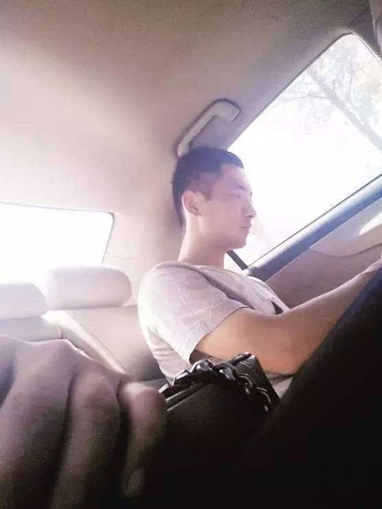 美女扣屄自拍50p_厦门美女大学生brt上被挤晕,陌生帅哥背她下车!结果.