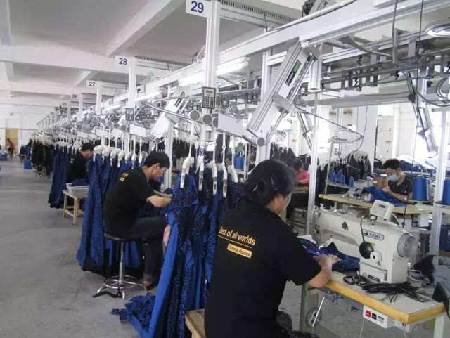 装配牛仔裤_【视频】18秒裁剪一条牛仔裤,这家服装厂颠覆了传统服装业!