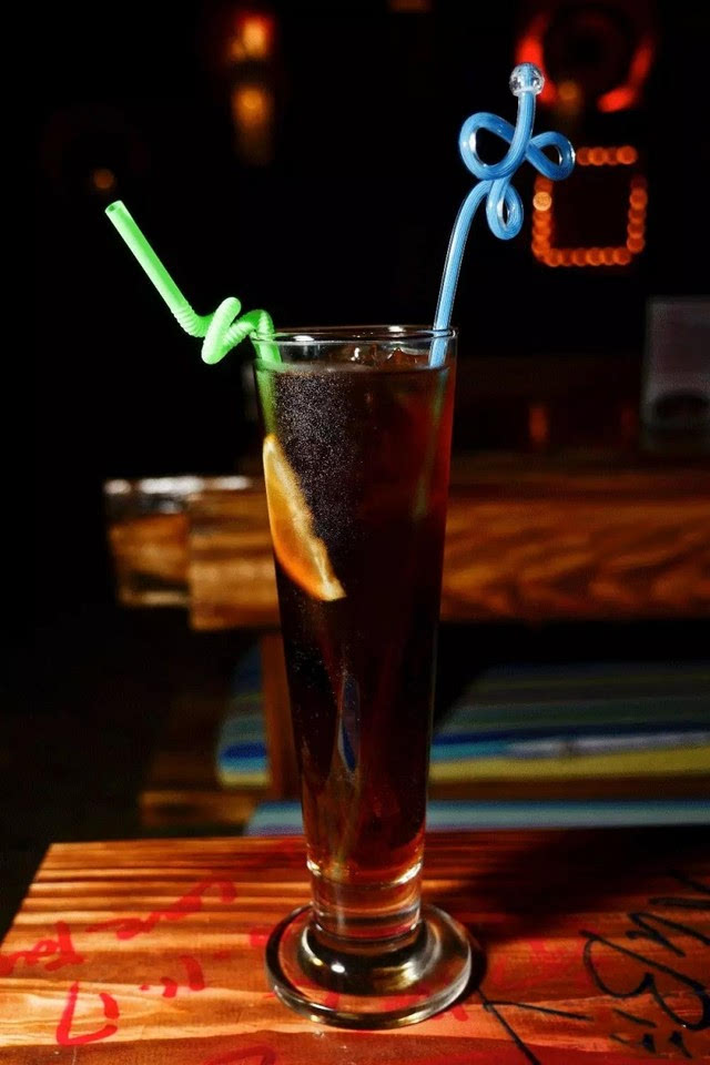 长岛冰茶是酒吧里最常见的一款,别看它卖38元/杯,却一点也不会偷工减