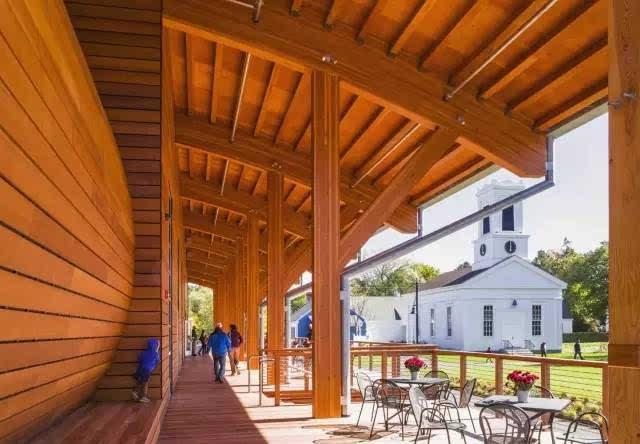 室内展览空间所在的地方, 形成了新的donald c. mcgraw方形长廊.
