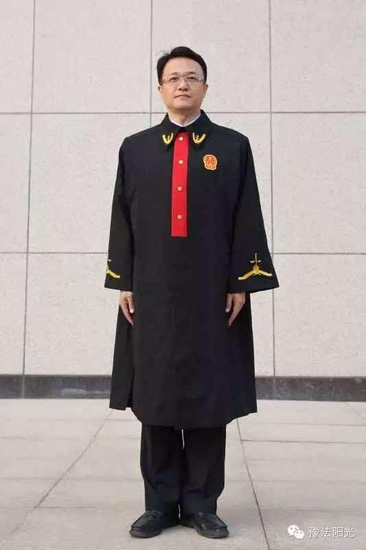 2001年5月,全国法院审判人员统一着2000式新款法官制服.图片