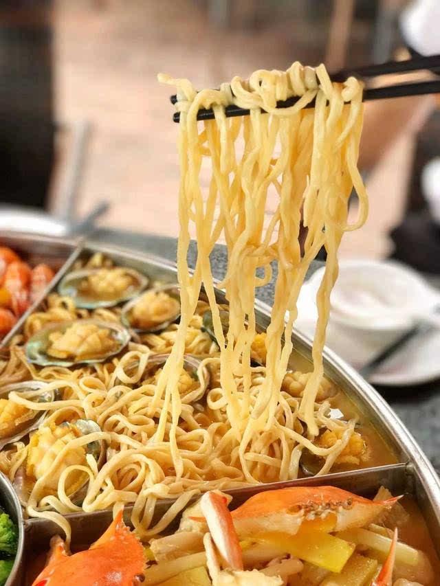 下面搭配的是手工制作的伊面,手工的口感就是好,吸满了浓汤的伊面吃