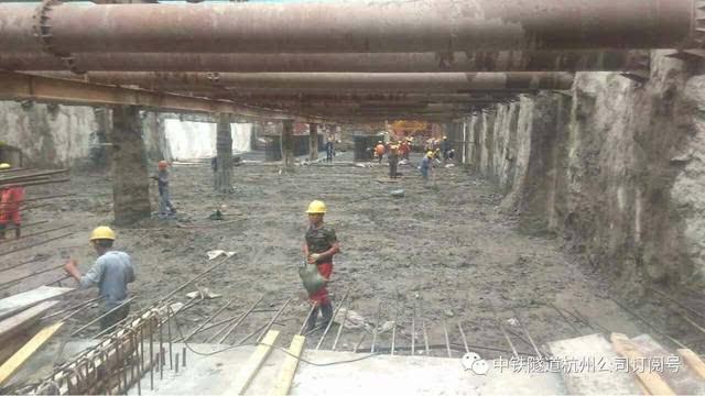 杭州地铁6号线4标枫桦西路站完成最后一块底板土方开挖