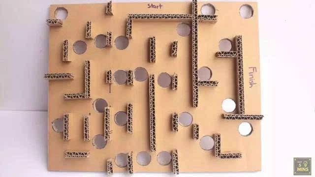 步骤12:用纸皮做出2条32cm*2.5cm的长边框,2条27cm*2.