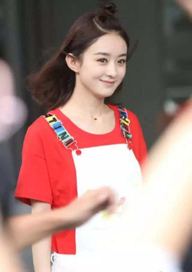之后,录制节目的照片里,赵丽颖扎了苹果头,元气满满,俏皮可爱,敲减龄