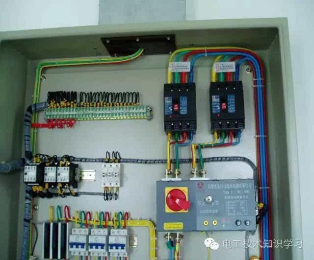 接线柱的浪涌保护器宜采用线鼻子与接线柱连接; 配线比较到位 开关箱