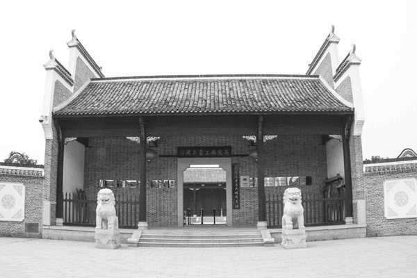 青砖灰瓦,圆柱方檩,画栋飞檐,高耸马头墙,属于徽派建筑风格,充分展现