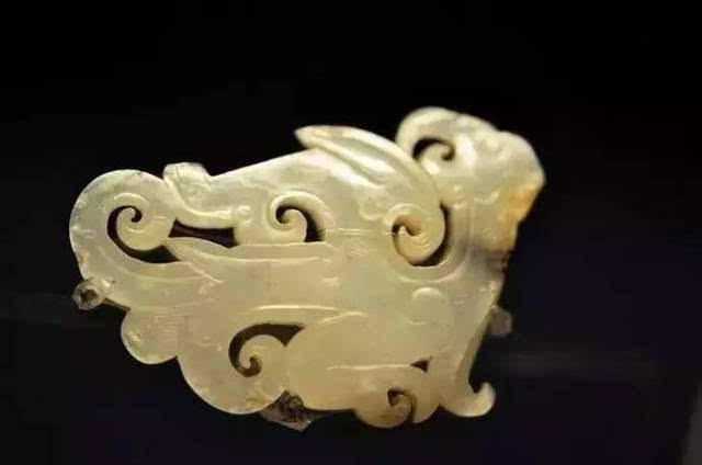 这一时期的动物玉佩浮雕,圆雕皆有,抽象,写实风格兼备,动物刻画形神