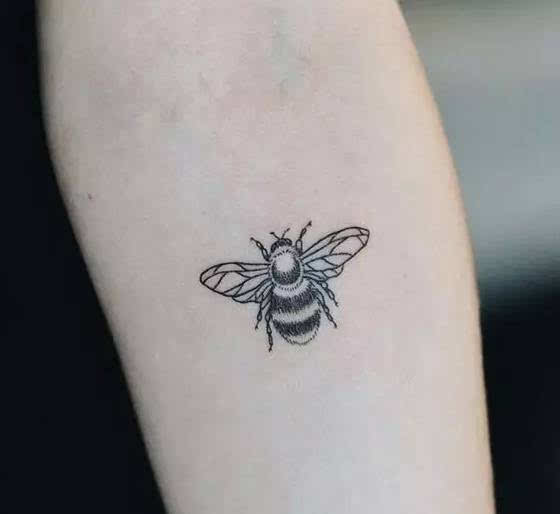 勤劳智慧的蜜蜂纹身图片