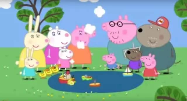"""猪爸爸给每个小朋友都叠了一只纸船,大家在水洼边开始了""""吹纸船""""比赛"""