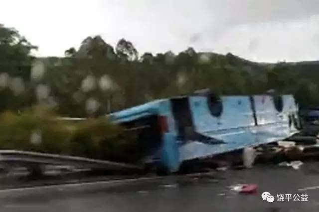 广河高速发生重大交通事故,涉事客车上共有44人,目前共造成19人死