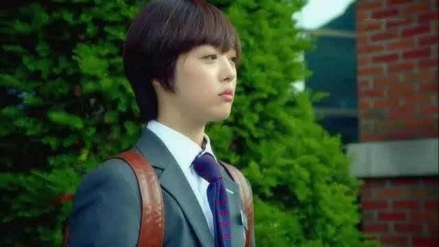 她女扮男装转学到泰俊就读的男子高校,并且机缘巧合下成为了泰俊的