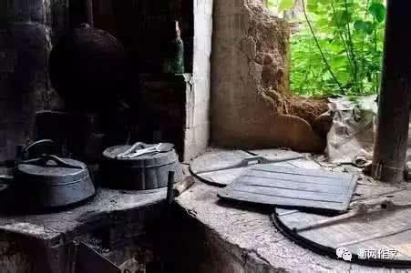 因为他泥的灶台能快速通风抽柴烟,过热面积大,灶膛的温度集中,而且柴图片