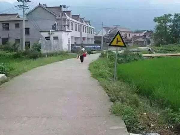 小时候的农村,都是泥巴路,下雨天出门老费劲了,车子鞋子都脏的不行.