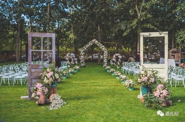 新娘出场方式再有创意,婚礼入口布置得这么丑俗还是白搭!图片