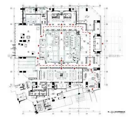 入口设计 深色木地板与仿古铜两种不同材质的碰撞使酒店品格与众不同