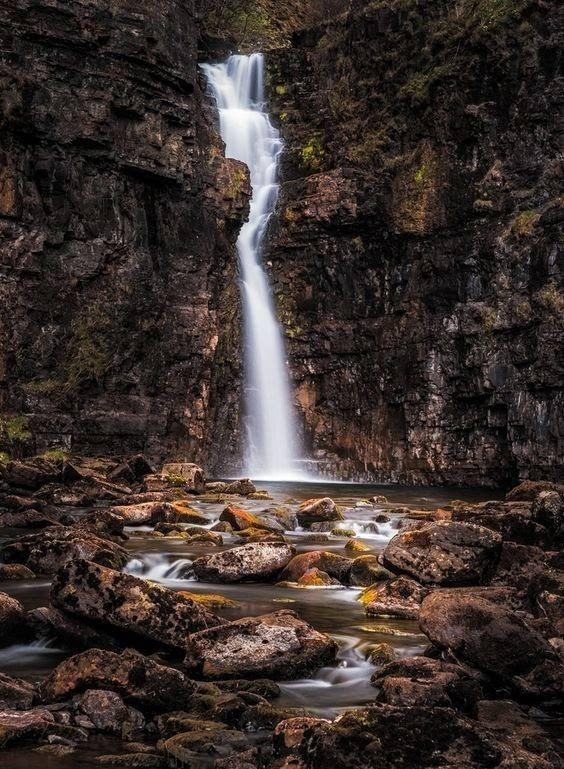 仙女池位于苏格兰的格伦脆(glen brittle),由一系列蓝宝石一样的水池