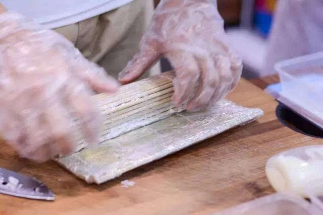 用竹帘卷寿司步骤图解