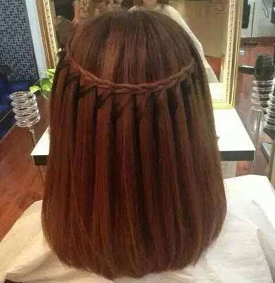 中长发的姑娘也不妨在发丝中融入编发的灵感,从耳朵的一侧选取少量图片