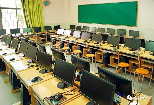 学校设有图书馆,科技文化馆,体育馆,多功能教室,大型会议室,物理实验