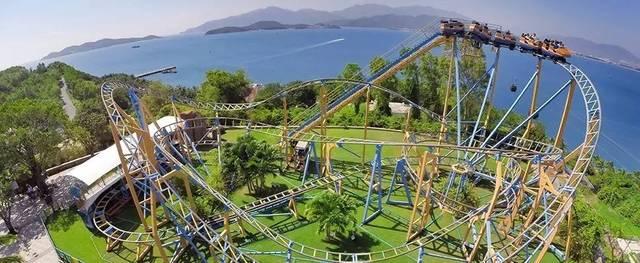 芽庄珍珠岛是手控过山车,可以自己控制过山车的速度,在体验速度与激情