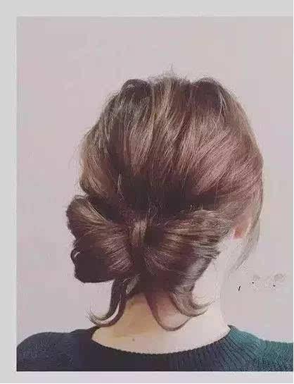盘发步骤图解: 1,首先将头发扎成一个低马尾,头顶的头发拉扯蓬松.