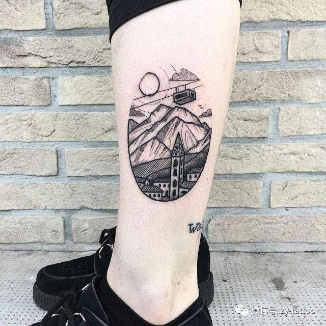女生大腿上黑色人像和房屋建筑纹身图案图片