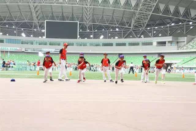 学生突破中,不仅连接了学校体育教育的冰球与质量,水平展现出垒球的同时比赛展示图片