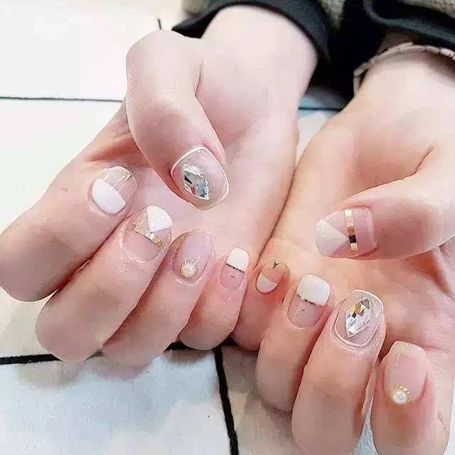 在方寸指尖释放留白式的美感 ●●● 空气感美甲中的代表当然就是法式图片