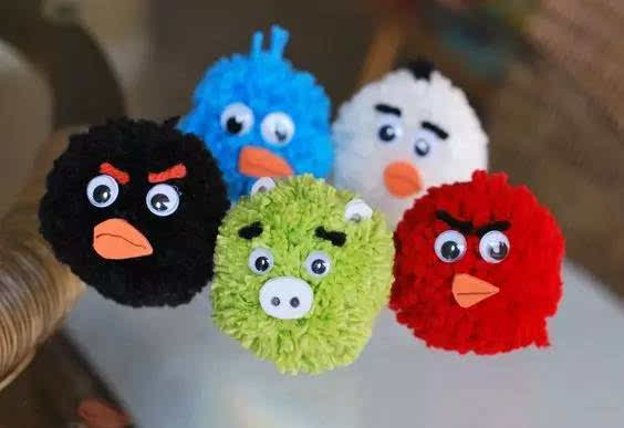 绕好的毛线球,眼珠可以用黑色珠子,耳朵用不织布,粘时可使用热熔胶