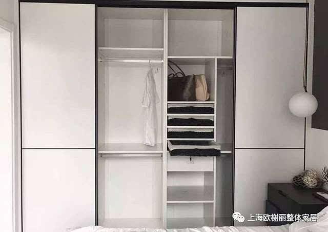 一、普通衣柜 一般来说,小编建议普通家庭的衣柜做定制或木工来做,不推荐买成品,因为成品衣柜的设计并不是根据自己的使用习惯来设计的,功能方便多少会有缺陷;下面先来几款普通点的衣柜,因为都是定制或木工做的,所以基本都是通顶的,这样可以提升内部的空间,让衣柜更加实用。  像这顶部利用起来,平时可以存放行李箱、换季的被子等大物件,非常的实用;  门边做满太压抑,可以把门边区域做成弧形的转台,摆上绿植摆饰什么的,也很情趣美观;