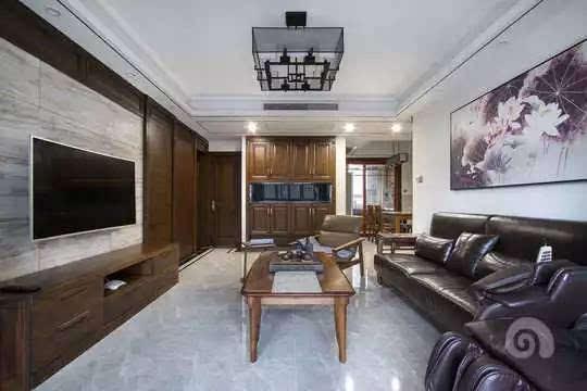木纹砖背景墙和橡木的木饰面组合,使得电视背景不至于沉闷.图片